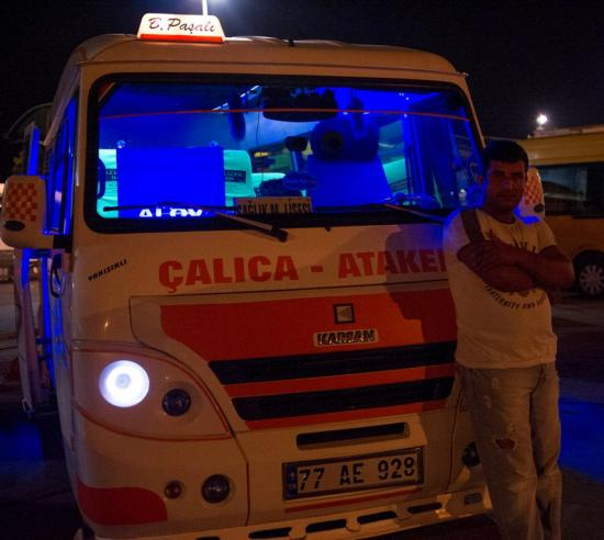 Un chauffeur et son bus de nuit à Yalova
