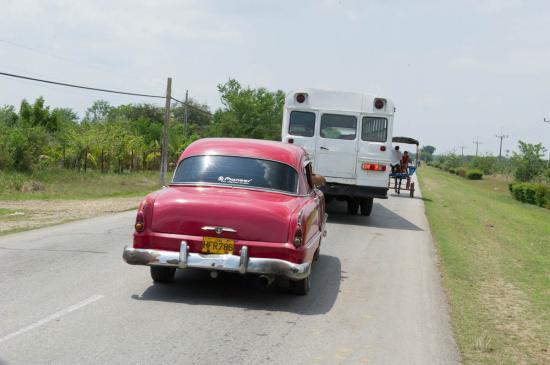 Attention, bouchon : une charette, un bus et une voiture.