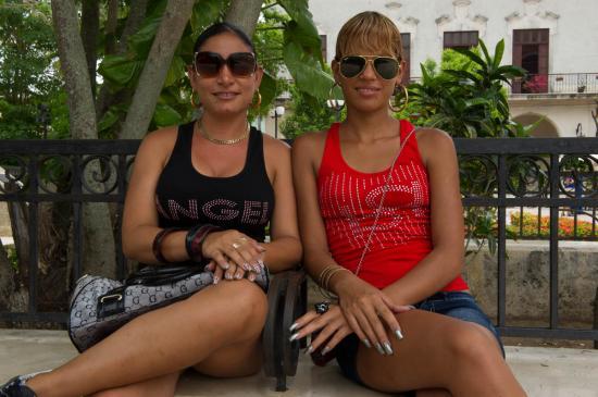Deux amies croisées à Camagüey