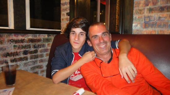 09 - Premier hamburger ! Le père et le fils sont heureux !